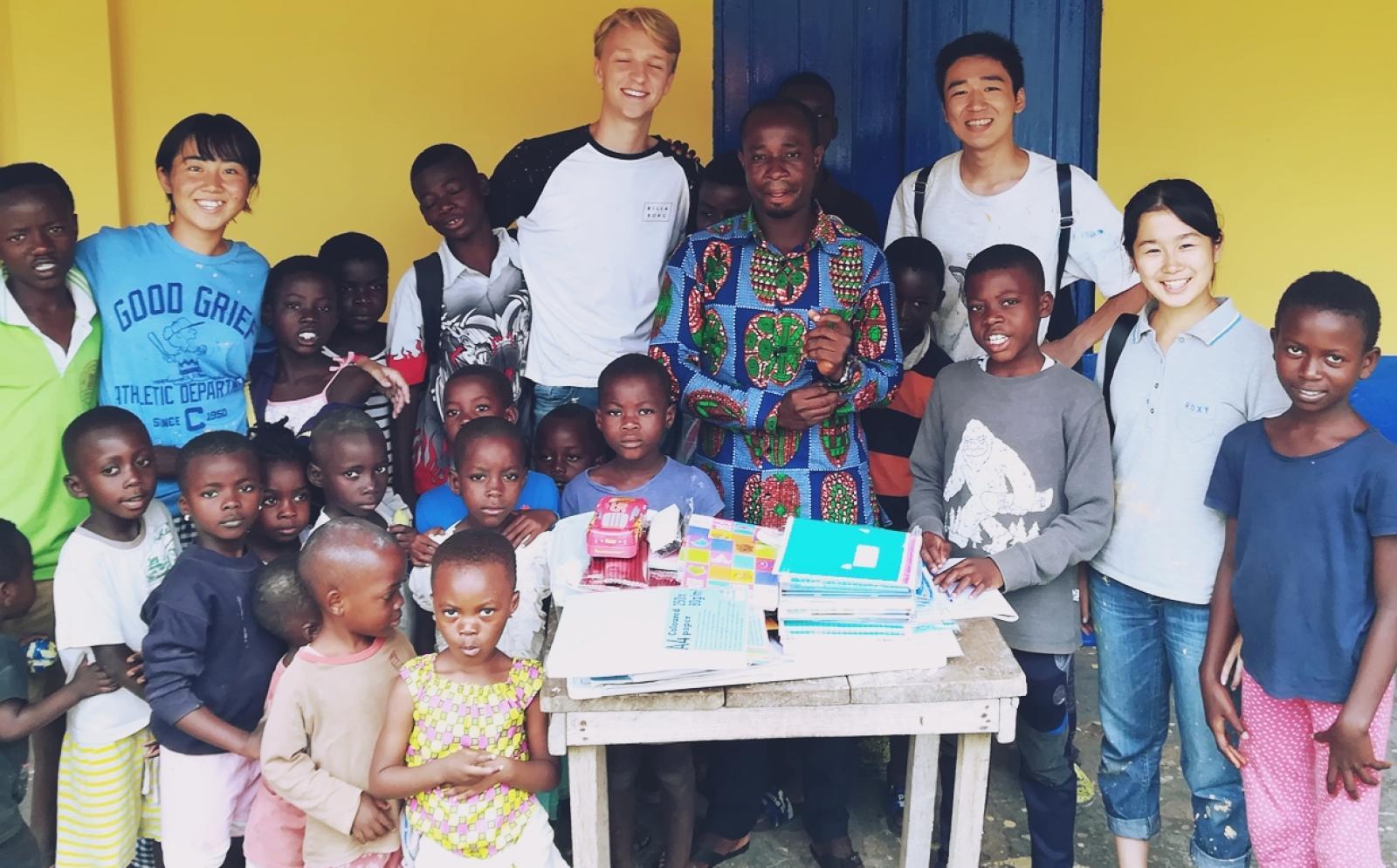 高校生ボランティア神村紫野さんとガーナの子供たち